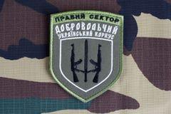 KYIV, UKRAINE - Juli, 08, 2015 Chevron des Ukrainers erbietet Korps freiwillig Lizenzfreie Stockfotografie