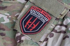 KYIV, UKRAINE - Juli, 08, 2015 Chevron des Ukrainers erbietet Korps mit den Wörtern freiwillig Lizenzfreies Stockbild