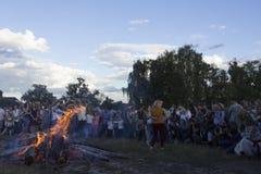 KYIV, UKRAINE - JULI, 6, 2017: Feier von Ivan Kupala in Pirogovo Leute tanzen, machen Kränze und Sprung über dem Feuer stockfoto