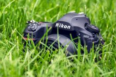 Kyiv, Ukraine 16 05 2018 - Kamera-Nahaufnahme Nikon D850 mit Nikkor 50 Millimeter-Linse in einem Gras Stockfotografie