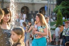 KYIV, UKRAINE LE 13 AOÛT 2017 : Les enfants heureux ont l'amusement jouant dans la fontaine d'eau de ville le jour chaud d'été Photos libres de droits