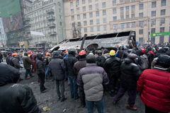 KYIV, UKRAINE: Men crowd turned burned-out bus on  Stock Photography