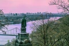 Kyiv Ukraine mit Prinzen Vladimir und der Dnipro-Fluss lizenzfreie stockfotografie