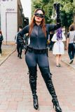 KYIV, UKRAINE - 9. SEPTEMBER 2018: Catwoman cosplayer, das an aufwirft stockbild