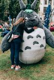 KYIV, UKRAINE - 9. SEPTEMBER 2018: Mädchen umarmt Totoro-cosplayers p stockbild