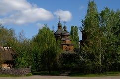 Kyiv, Ukraine Ukraine-vilage Authentische alte hölzerne Kirche der Zeit des Kosaken unter dem blauen Himmel Lizenzfreie Stockbilder