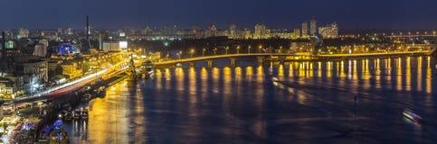 Kyiv y x28; Kiev& x29; ciudad, la capital de Ucrania en la noche al lado del Dni fotos de archivo
