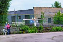 KYIVKIEV, UCRAINA 21 MAGGIO 2017: Tazza di amicizia Il modello dell'aeroplano sta volando durante la concorrenza Il giudice osser Fotografia Stock