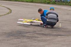 KYIVKIEV, UCRANIA 21 DE MAYO DE 2017: Taza de la amistad Dos mecánicos preparan un aeroplano modelo para el vuelo de la competenc Imagenes de archivo