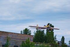 KYIVKIEV, UCRANIA 21 DE MAYO DE 2017: Taza de la amistad El modelo del aeroplano está volando durante la competencia Imagen de archivo libre de regalías