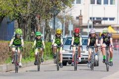 KYJOV, republika czech - KWIECIEŃ, 2018: Wiele bicyclists na rasie w Kyjov miasteczku, republika czech Selekcyjna ostrość Zdjęcia Royalty Free