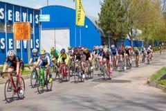 KYJOV, TSCHECHISCHE REPUBLIK - APRIL 2018: Viele Radfahrer auf dem Rennen in Kyjov-Stadt, Tschechische Republik Lizenzfreies Stockbild