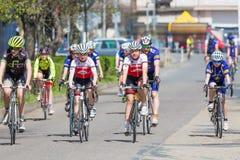 KYJOV, TSCHECHISCHE REPUBLIK - APRIL 2018: Viele Radfahrer auf dem Rennen in Kyjov-Stadt, Tschechische Republik Lizenzfreie Stockbilder