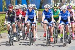 KYJOV, TSCHECHISCHE REPUBLIK - APRIL 2018: Viele Radfahrer auf dem Rennen in Kyjov-Stadt, Tschechische Republik Selektiver Fokus Lizenzfreies Stockbild
