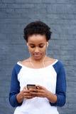 Kyla den unga kvinnan som lyssnar till musik med spelaren MP3 Royaltyfri Foto
