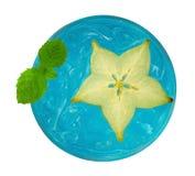 Kyla den uppfriskande blåa coctailen med skivad frukt för stjärnaäpplet och M Royaltyfri Foto