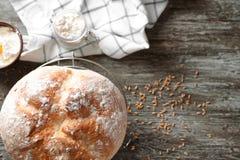 Kyla kuggen med nytt smakligt bröd på trätabellen arkivfoton