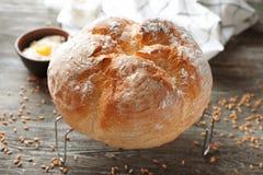Kyla kuggen med nytt smakligt bröd på trätabellen royaltyfria bilder