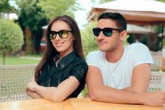 Kyla par som bär matcha moderiktig modesolglasögon arkivbilder
