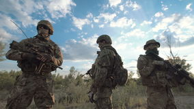Kyla soldater i natur lager videofilmer