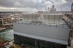 Kyla tornet för raffinaderi eller enhet för kemisk process Arkivfoton