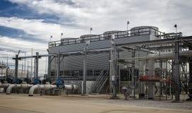 Kyla tornet för raffinaderi eller enhet för kemisk process Royaltyfria Bilder