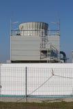 Kyla tornet i industrianläggning arkivfoto