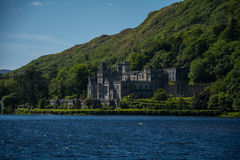 Kylemore修道院从湖的后面, Connemara 库存图片
