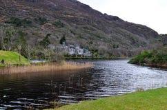 Kylemore Abbey Ireland Connemara på floden Arkivbild