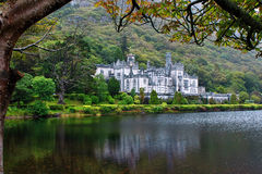 Kylemore abbotskloster i Connemara berg, Irland Royaltyfri Foto