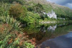Kylemore Abtei in der grünen Natur Lizenzfreie Stockfotografie