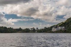 Kylemore-Abtei gesehen von der Verdammung von Pollacapall-Lough, Irland Stockfotos