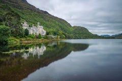 Kylemore-Abtei in Irland mit Reflexionen im Pollacapall-Lough stockfotografie
