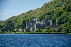Kylemore-Abtei mit Grafschaft des grünen Wassersees, Mayo, Irland Stockfotografie