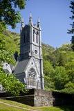 Kylemore-Abtei und gotische Kirche in der Grafschaft Galway Stockfoto