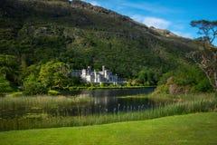 Kylemore-Abtei von hinten den See, Connemara Stockbilder
