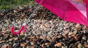 Kyligt under ett paraply Royaltyfria Foton