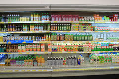 Kylskåp i supermarket Arkivfoto