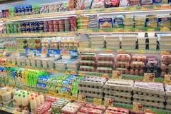 Kylskåp i supermarket Royaltyfri Bild