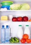 Kylskåp mycket av sund mat Arkivfoto