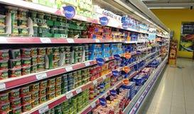 Kylskåp på supermarket Arkivbild