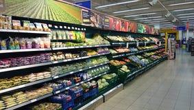Kylskåp på supermarket Royaltyfri Foto