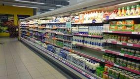 Kylskåp på supermarket Royaltyfria Bilder