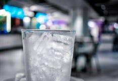 Kylt exponeringsglas fyllde med tubformig formad is i en stång royaltyfria bilder