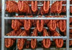 Kylt lager för att lagra kött- och korvprodukter arkivbild