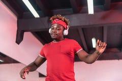 Kylt stråla den unga mannen som tycker om dansa musik arkivbilder
