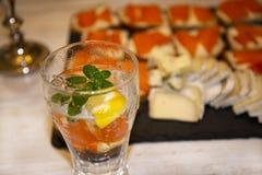 Kylt vatten med mintkaramellen och citronen fotografering för bildbyråer