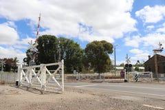 Kyneton stacja kolejowa kopyto_szewski ustawiającego mechanically łączyć huśtawkowe bramy w Wiktoria zdjęcia stock
