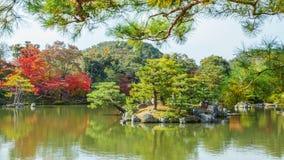 Kyoko-qui ou lagoa do espelho no templo de Kinkaku-ji em Kyoto Fotos de Stock Royalty Free