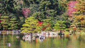 Kyoko-qui ou lagoa do espelho no templo de Kinkaku-ji em Kyoto Imagem de Stock